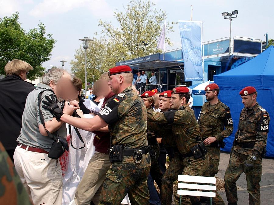 Hessentag: Feldjäger greifen DemonstrantInnen an