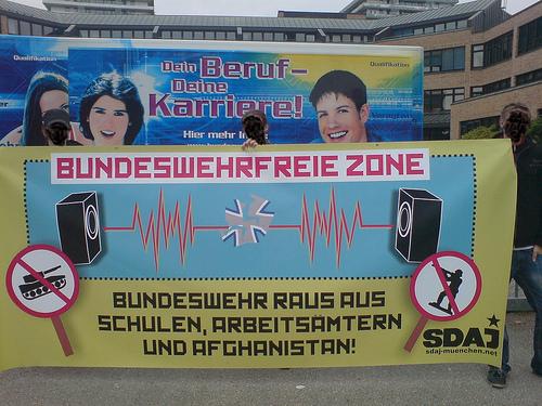 Feldjäger gegen Demonstranten an Münchner Schule