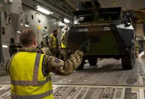 Französisches Militarfahrzeug wird für Mali-Mission verladen.(Foto: UK Ministry of Defence/SAC Dek Traylor, OGL)