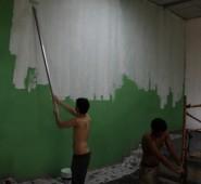 Die Wand wird für die Anbringung des zweiten Wandbildes grundiert.