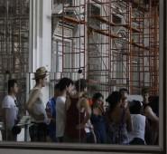 """Gebanntes Zuhören während der Besichtigung des """"Museo de la Revolución"""""""