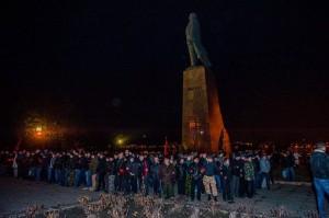 KommunistInnen verteidigen eine Lenin-Statue vor den Faschisten