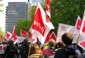 Auf dem Weg zur Telekom. Telekom-Beschäftigte am Warnstreik am 9. April 2014 (Foto: ver.di / CC BY-SA)