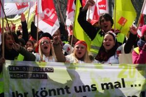Machen ordentlich Druck. Azubis am Warnstreik am 26. März 2014 in München (Foto: Tom Talsky, ver.di München / CC BY-SA)