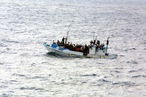 Foto: Defense Visual Information Center (Photo ID: 050615-N-TW583- 001), via WikiMedia, CC BY 2.0, Link: https://upload.wikimedia.org/wikipedia/commons/3/32/Refugees_on_a_boat.jpg