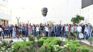 Delegierte von 40 kommunistischen Jugendorganisationen aus der ganzen Welt vor der Lenin-Statue am Sitz des Zentralkomitees der KKE