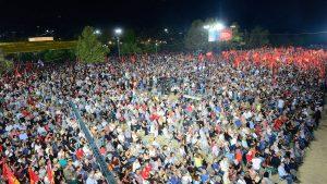 Am Samstagabend zur Großveranstaltung steht alles still, die Reden auf dem Hauptplatz werden auf mehreren Leinwänden in anderen Bereichen des Festivals übertragen