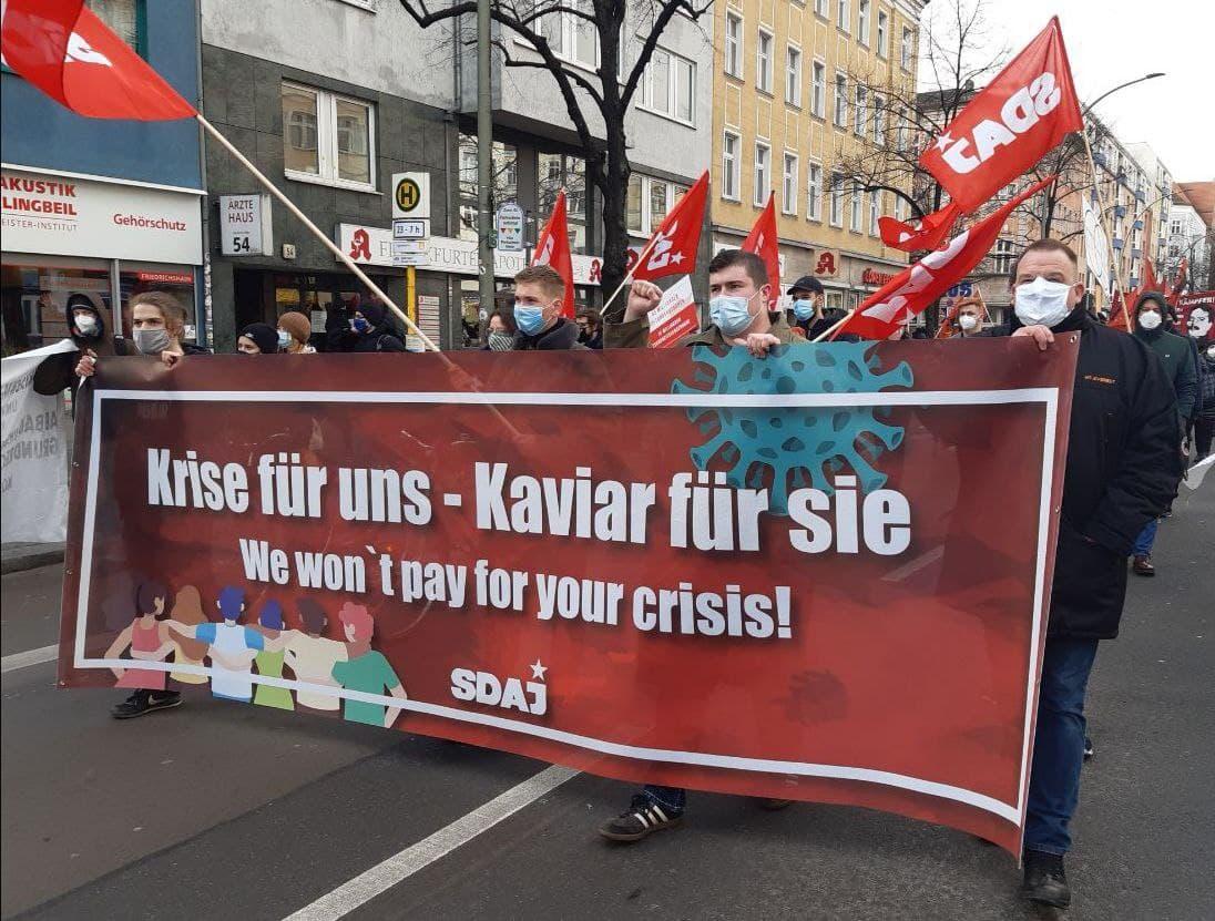 Tausende Linke deutschlandweit gegen die Abwälzung der Krisenkosten auf die Bevölkerung, im Gedenken an Karl Liebknecht und Rosa Luxemburg. Gedenkdemonstration trotz Eskalation durch die Polizei durchgeführt.